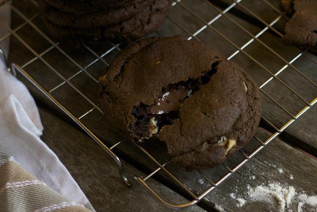 Double-chocolate-nutella-stuffed-cookies-9