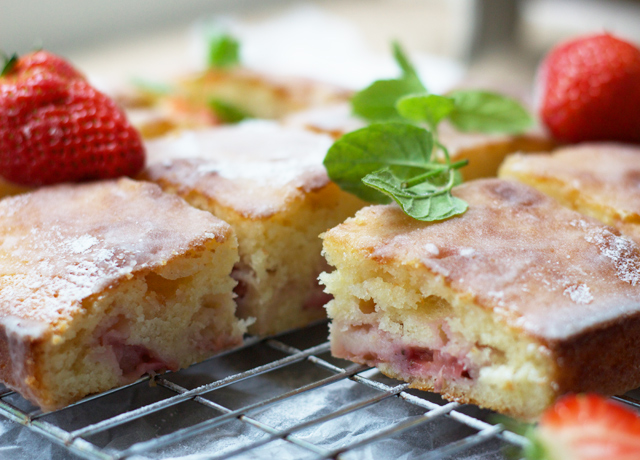 Strawberry-yoghurt-cake-with-lemon-glaze-3