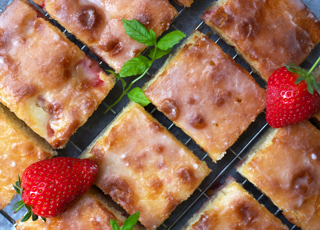 Strawberry-yoghurt-cake-with-lemon-glaze