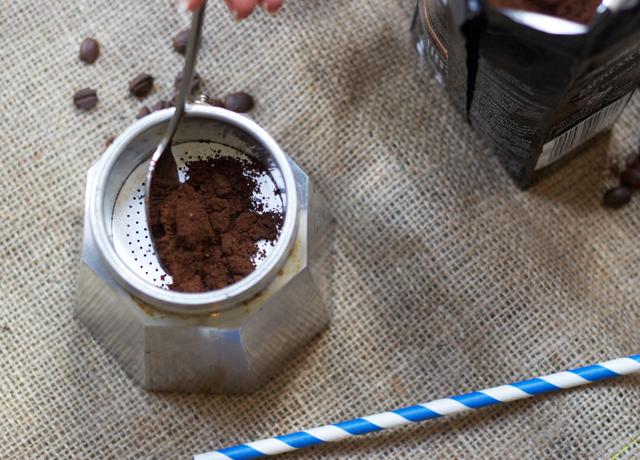 Making-coffee-Bialetti