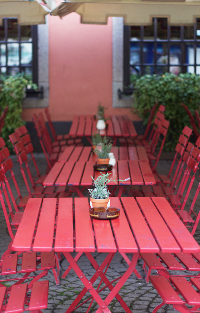 Red-cafe-tables-Cologne